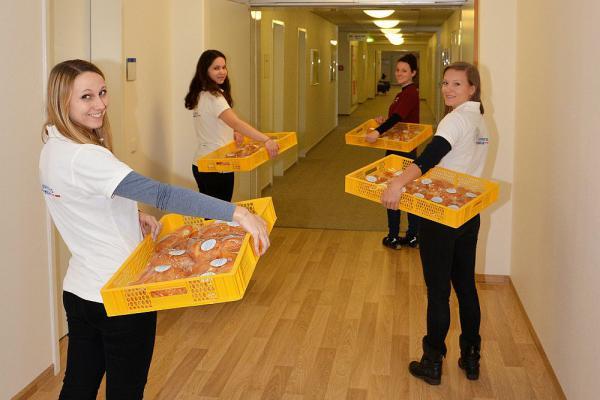 Fleißige Helferinnen laufen durch die Flure des Universitätsklinikums Freiburg und erfreuen Patienten und Mitarbeiter mit leckeren Weckmännern  Foto: Universitätsklinikum Freiburg