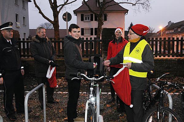 Fahrradcheck am Clara-Schumann-Gymnasium, (von links): Felix Neulinger (Leiter Polizeirevier Lahr), Bürgermeister Tilman Petters, Schüler des Clara-Schumann-Gymnasium, Martin Stehr (Stadt Lahr) und Helmut Schönberger (ADFC Ortenaukreis).