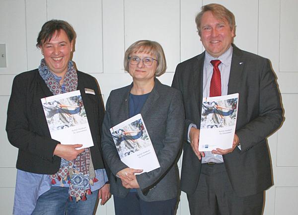 Von links: Christina Gehri, Brigitta Schrempp und Andreas Kempff präsentieren das Notfall-Handbuch der IHK.