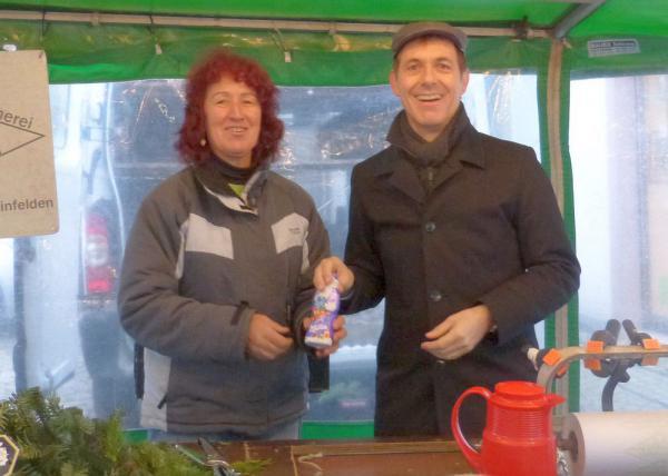 Nikoläuse auf dem Stettener Wochenmarkt - Oberbürgermeister Jörg Lutz überreicht Anita Brugger eine Nikolausüberraschung  Foto: Stadt Lörrach