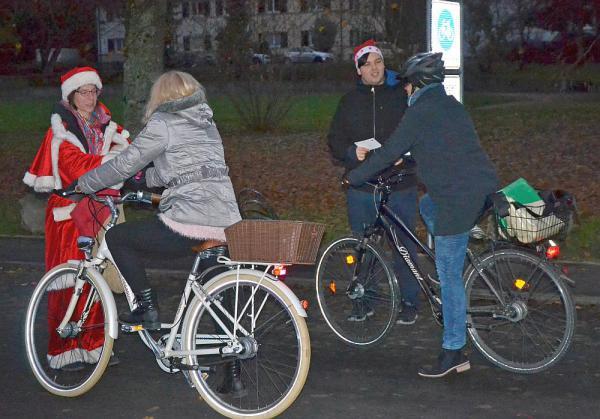 """Nikolaus belohnte funktionierende Fahrradbeleuchtung Am Campus Rosenfels verteilten die """"Nikoläuse"""" in den frühen Morgenstunden eine kleine Belohnung an alle Radelnden mit Licht  Foto: Stadt Lörrach"""