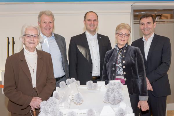 Sick Stiftungs GmbH hat behutsame Pläne für das Schloss Buchholz - Von links: Gisela Sick, Geschäftsführer Franz Bausch (Sick Stiftungs GmbH), Oberbürgermeister Roman Götzmann, Geschäftsführerin Renate Sick-Glaser (Sick Stiftungs GmbH), Dr. Martin Krämer, Vorstand der SICK AG.