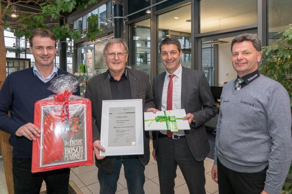 Werner Joseph für 50 Jahre Schmolck-Treue geehrt – Von links: Geschäftsführer Bernhard Schmolck, Werner Joseph, Geschäftsführer Jürgen Henninger, Stefan Klopfer (Betriebsleiter Skoda, VW und Bosch).