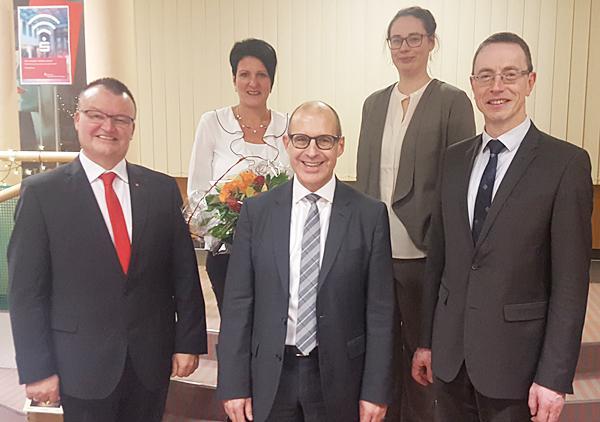Von links: Gerhard Bürklin wurde im Beisein seiner Ehefrau Petra Bürklin und seiner Nachfolgerin Melanie Rudolph vom stellvertretenden Vorstandsvorsitzenden Erich Greil und dem Filialdirektor für den Bereich Kenzingen, Hannes Schmidt, feierlich verabschiedet.