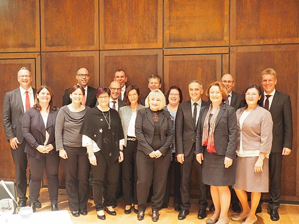 Von links:  Matthias Hirschbolz (Elzach), Valerie Bührer (Emmendingen), Alexandra Schleer (Teningen), Christoph Kiefer (Waldkirch), Ulrike Weber (Herbolzheim), der stellvertretende Vorstandsvorsitzende Erich Greil, Vorstandsmitglied Bernd Rigl, Anneliese Vogl (Schallstadt), Eveline Kirstein (Eichstetten), Vorstandsmitglied Lars Hopp, Regine Sexauer (Endingen), Horst Ernst (Bahlingen), Renate Grimm (Emmendingen), Harald Staiger (Emmendingen), Karin Groß (Teningen) sowie der Vorstandsvorsitzende Marcel Thimm (es fehlen: Vanessa Petersen (Lahr), Brigitte Kern (Emmendingen), Irene Hämmerle (Kenzingen).