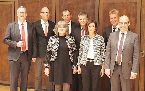 Von links: Matthias Hirschbolz (Elzach), Christoph Kiefer (Waldkirch), Ruth Weber (Biederbach), Vorstandsmitglied Bernd Rigl, Vorstandsmitglied Lars Hopp, Anneliese Vogl (Schallstadt), der Vorstandsvorsitzende Marcel Thimm sowie der stellvertretende Vorstandsvorsitzende Erich Greil (es fehlt: Iris Beck (Elzach).