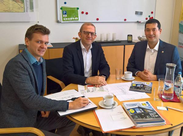 LIDL-Gebäude in Gewerbegebiet Türleacker wird moderner Von links: Benjamin Burkhart (LIDL Portfolio-Manager), Michael Kleerbaum (LIDL Immobilienleiter) und Markus Hollemann (Bürgermeister)  Foto: Gemeinde Denzlingen