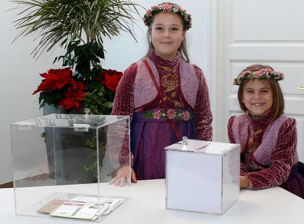 Foto: Emma und Lilli ziehen die glücklichen Gewinner des Peterstaler Preisausschreibens zur Chrysanthema