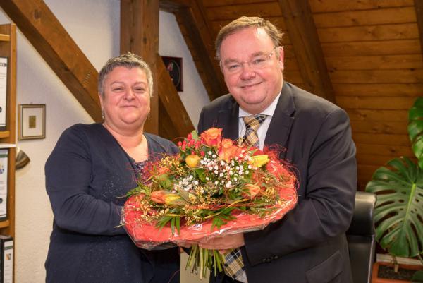 Teningen wächst weiter – Blumen für die Neubürgerin. Bürgermeister Heinz-Rudolf Hagenacker überreichte Susanne Meier heute einen Begrüßungsblumenstrauß