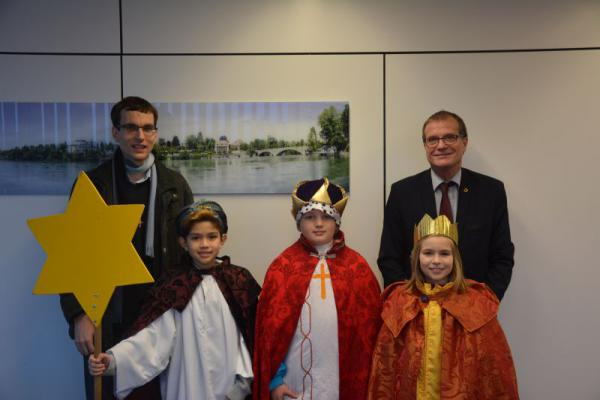 Vikar Christian Wolf von der katholischen Kirchengemeinde besuchte mit drei Sternsingerkindern Oberbürgermeister Klaus Eberhardt.