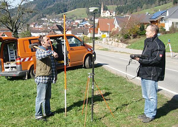 Mitarbeiter des Landratsamtes Ortenaukreises bei Vermessungsarbeiten im Schwarzwald. Foto: Landratsamt Ortenaukreis