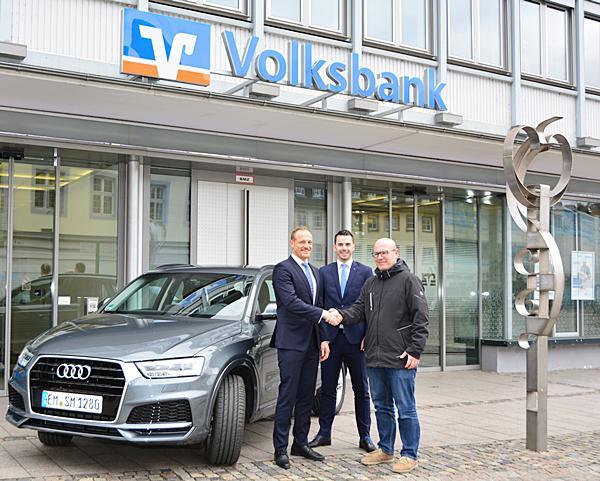 Volksbank-Vorstand Fritz Schultis und Firmenkundenberater Ingo Schleif bei der Übergabe des nagelneuen Audi Q3 an den Hauptgewinner (von links).  Foto: Volksbank Emmendingen