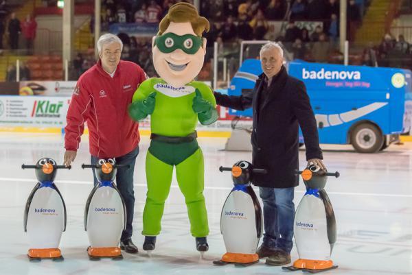 EHC Freiburg verliert erstes Play-Down Spiel mit 0:3 gegen Bad Tölz - Vor dem Spiel übergab Dr. Roland Weis (Badenova) neue Laufhilfen für Eislaufanfänger an EHC-Vorstand Werner Karlin (links).
