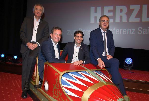 """Europa-Park startet mit vielen Neuheiten in die Saison 2018 Jürgen, Michael, Thomas und Roland Mack präsentieren den ersten Wagen des neuen """"Eurosat ‒ CanCan Coasters""""  Foto: Europa-Park"""