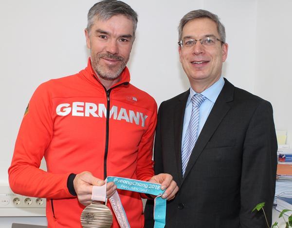 Voller Stolz zeigte Alexander Ehler (links) Landrat Hanno Hurth die Bronzemedaille.   Foto: Landratsamt Emmendingen – Ulrich Spitzmüller