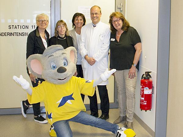 Marianne Mack (Mitte) hilft gerne und freut sich, mit Spenden die Kinderintensivstation des Klinikums in Villingen-Schwenningen unterstützen zu können.   Foto: Europa-Park