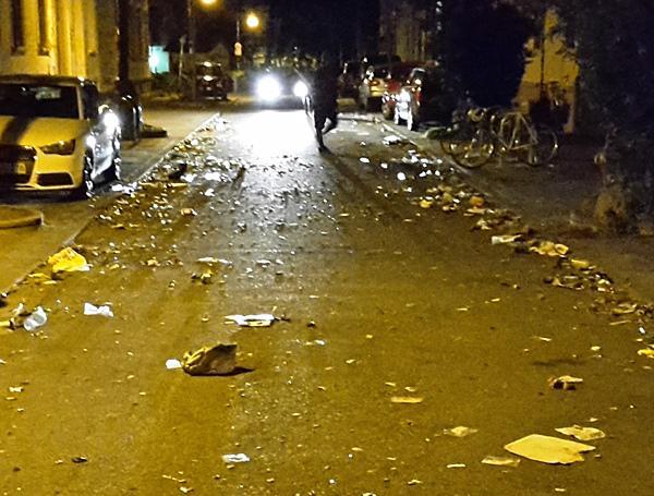 """Walpurgisnacht: Müll auf der Straße nach Ende der Feierlichkeiten """"Im Grün"""" Foto: Polizei"""