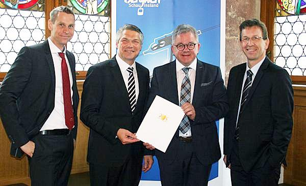 Von links: VAG Vorstand Oliver Benz, Freiburgs Finanzbürgermeister Stefan Breiter, Tourismusminister Guido Wolf und VAG Vorstand Stephan Bartosch bei der Übergabe des Förderbescheides.