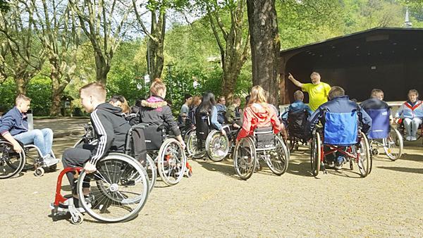 Mit Rollstuhl und Blindenstock hat eine achte Klasse des Geschwister-Scholl-Gymnasiums die Stadt erkundet.  Fotos: Esther Weber