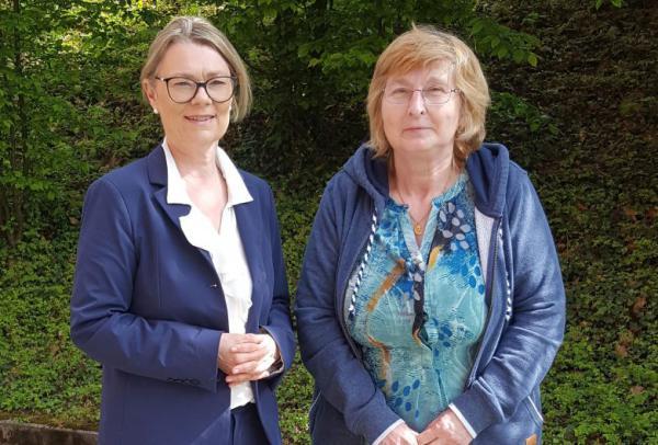 Jutta Simon (rechts), die 45 Jahre in der Küche des Kreiskrankenhauses arbeitet und Elisabeth Vario, die Geschäftsführerin des Kreiskrankenhauses Foto: Kreiskrankenhaus Emmendingen