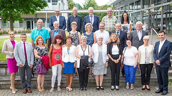 20 Mitarbeiterinnen und Mitarbeiter nahmen die Ehrung für ihre langjährige Betriebszugehörigkeit persönlich von Renate Sick-Glaser (Zweite von rechts), Cornelia Reinecke (links) und Dr. Martin Krämer (rechts) in Waldkirch entgegen.   Bild: Sick AG