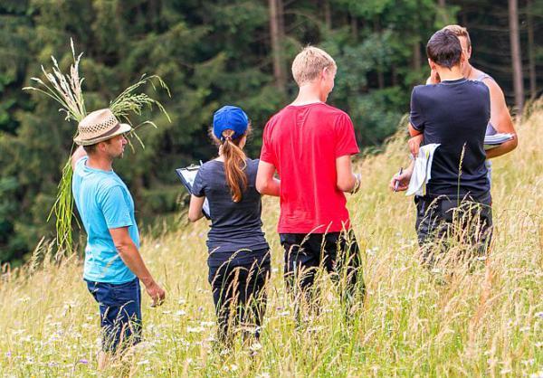 Zweite Schüler-Wiesenmeisterschaft im Naturpark Südschwarzwald  Die Landwirtschafts-Azubis bei der Begehung einer Bergwiese in Yach  Foto: Naturpark Südschwarzwald e.V.
