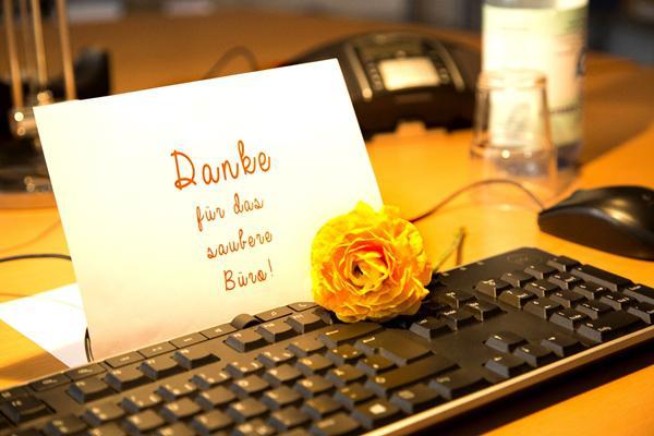 """Einfach mal """"Danke"""" sagen – fürs saubere Büro und die harte Arbeit von Reinigungskräften. Dazu ruft die IG BAU Südbaden am Internationalen Tag der Gebäudereinigung auf.     Foto: William Diller / IG BAU"""