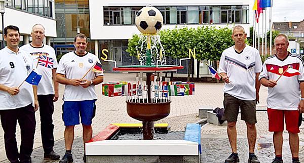Vor dem Denzlinger Fußball-WM-Brunnen (von links): Manfred Elfenthal, Michael Doninger, Hanspeter Häbig, Heinz Jund (Bauhofleiter), Markus Hollemann (Bürgermeister).  Foto: Gemeindeverwaltung Denzlingen