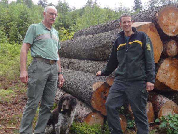 GENERATIONSWECHSEL: Auf Wilhelm Fehrenbach (links) mit Hund Elvis folgt Johannes Schneider (rechts).   Foto: Kreisforstamt Emmendingen