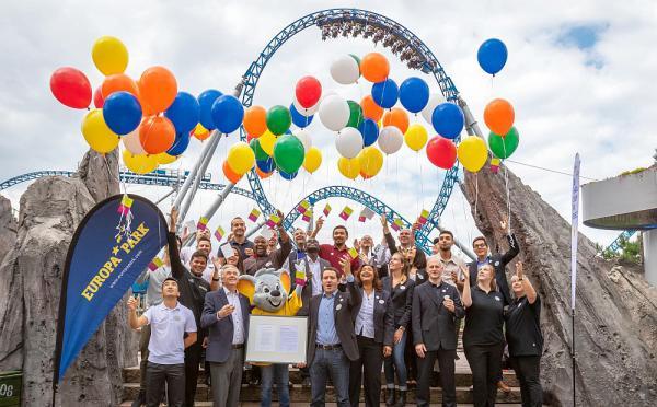 """Europa-Park unterzeichnete """"Charta der Vielfalt"""" Zusammen mit Jürgen Mack (Inhaber Europa-Park) und Matthias Kirch (Direktor Human Resources) lassen die Mitarbeiter ihre Wünsche in den Himmel steigen  Foto: Europa-Park"""