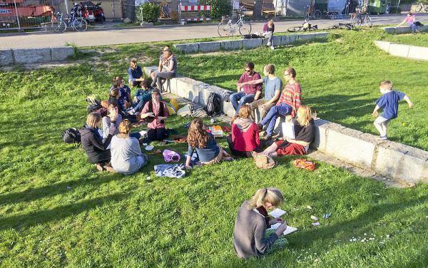 Versickern und verdunsten lassen - Menschen in Freiburg schätzen einer Studie zufolge Maßnahmen zur naturnahen Regenwasserbewirtschaftung  Freizeitnutzung einer öffentlichen Versickerungsanlage im Freiburger Stadtteil Wiehre  Foto: Florenz König