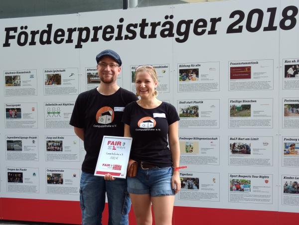 """Marco Rosenthal (links) und Annette Linder (rechts) aus dem Vorstandsteam der """"Computertruhe"""" nahmen den Preis stellvertretend für den Verein entgegen."""