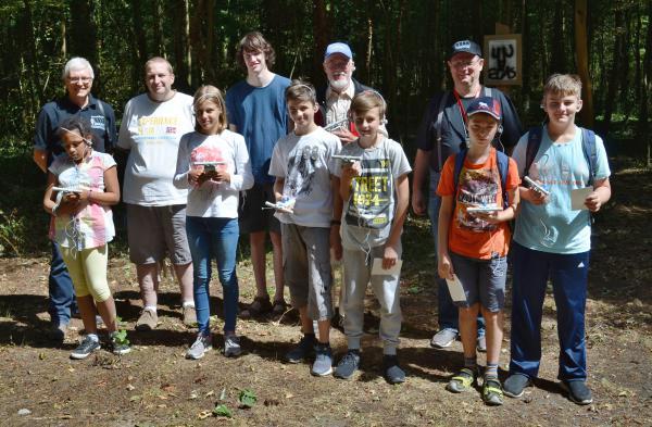 Hartwig Kauschat (DL7BC), Alexander Brüske (DL1AFA), Jona Mainberger (DO1JOM), Axel Lehmann (DG3AL) und Markus Finken (DO5MAF, 2. Reihe von links) mit einem Teil der Fuchsjäger.