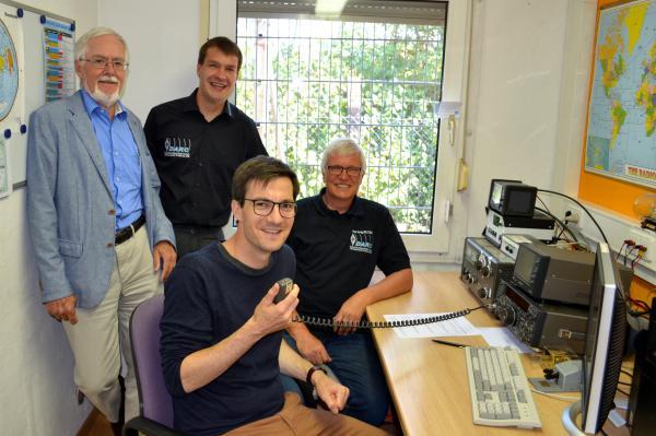 Freuten sich über den gelungenen Amateurfunkkontakt in die britische Partnerstadt Guildford: Axel Lehmann, DG3AL, Markus Wallschlag, DH5WM, Hartwig Kauschat, DL7BC (von links) sowie der Freiburger Oberbürgermeister Martin Horn (vorne).