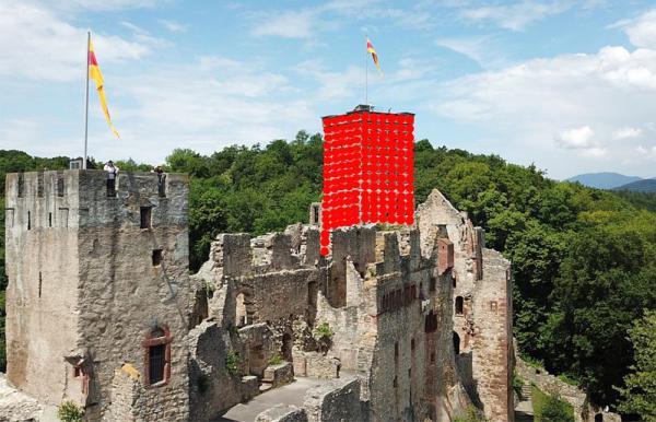 """14. bis 16. September: """"RedBalloon - The Tower"""" auf Burg Rötteln - Endspurt zum Kunstprojekt des Künstlers Klaus Kipfmüller hat begonnen  Foto: Veranstalter"""