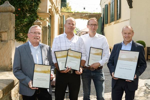 Sieger im Leistungstest der Genossenschaften: V.l.:: Günter Zimmermann (Geschäftsführer  WG Königschaffhausen-Kiechlinsbergen), Gert Schmidt (GF Burkheimer Winzer),  Denis Kirstein (GF WG Achkarren) , Thomas Langenbacher (GF Sasbacher Winzerkeller).