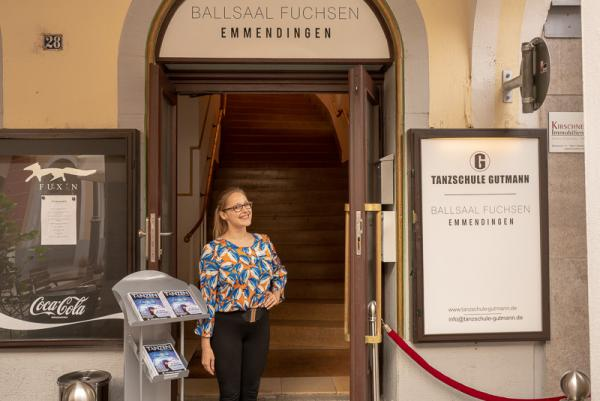 Tanzschule Gutmann eröffnet Dependance und Veranstaltungslokation im Ballsaal Fuchsen - Tanzlehrerin Kristina Sczesny erwartet die Gäste.