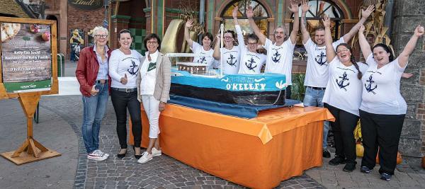 Kelly Family-Fan Kathrin Procopio buk Hausboot nach - 250 Kilogramm schwerer Apfelkuchen wurde für den guten Zweck im Europa-Park verkauft Von links: Barbara Dickmann (Santa Isabel e.V.), Kathrin Procopio, Marianne Mack und das gesamte Team freuen sich über das gelungene Projekt  Foto: Europa-Park