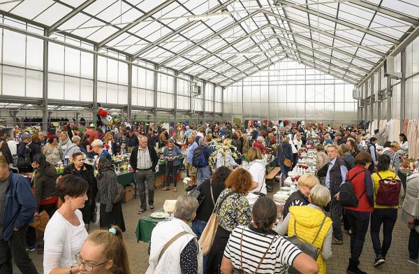 5.500 Schnäppchenjäger stöberten für den guten Zweck im Europa-Park  Tausende Flohmarkt-Liebhaber suchten nach dem besten Schnäppchen  Foto: Europa-Park
