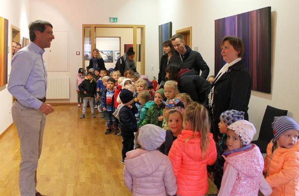 Kindergartenkinder gratulierten Ettenheims Bürgermeister Metz zu Wahlsieg   Foto: Stadt Ettenheim