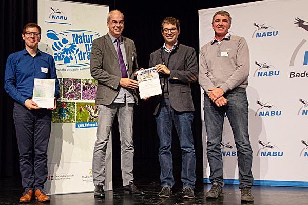 Von links: Johannes Enssle (NABU-Landesvorsitzender), Hans-Jürgen Schneider (Leiter Abt. Tiefbau Verbandsbauamt Denzlingen), Dr. Andre Baumann (Staatssekretär im Ministerium für Energiewirtschaft Baden-Württemberg) und Martin Schill (Verbandsbauhof Denzlingen).  Foto: NABU/Lehnen