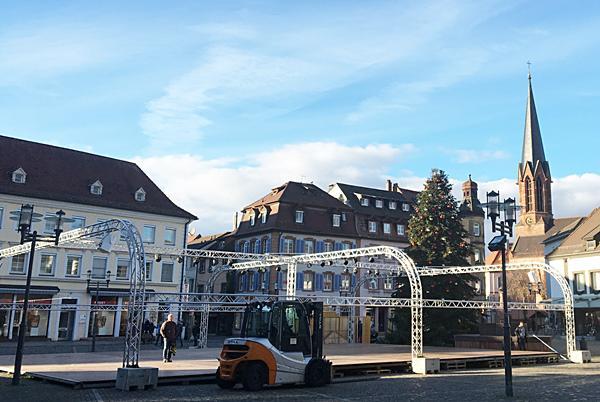 """Märchenhaftes Adventserlebnis in Emmendingen - AKTUELL: Aufbau der Eisbahn!   Bild: REGIOTRENDS-Lokalteam """"EM-extra"""""""