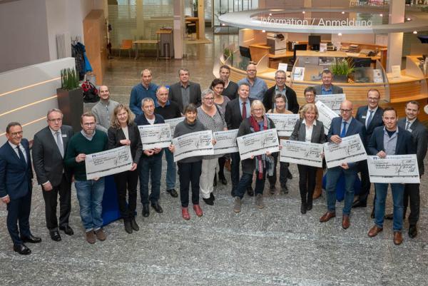 Volksbank Breisgau Nord unterstützt weiterführende Schulen - Die Vertreter der bedachten Schulden im Geschäftsgebiet der Volksbank Breigau Nord.