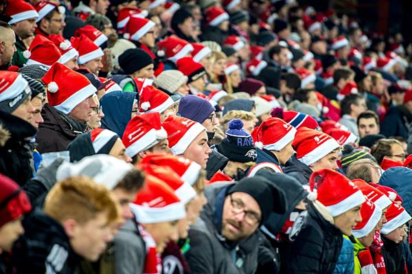 Ein rot-weißes Meer von Nikolausmützen im SC-Stadion.  Foto: Badenova