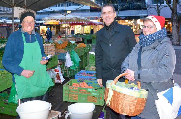 Nikoläuse auf dem Wochenmarkt in Lörrach verteilt - Oberbürgermeister Lutz und Marktorganisatorin Busse beschenkten Marktbeschicker  Foto: Stadt Lörrach