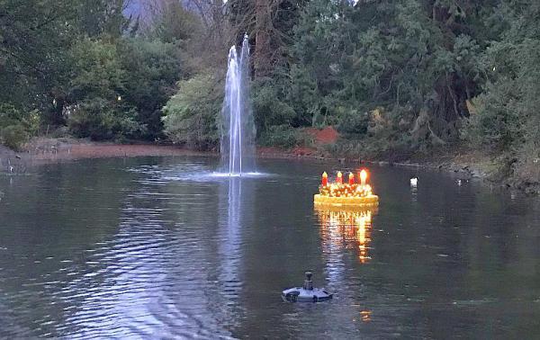 """""""Advent, Advent, die erste Kerze brennt"""" - Schwimmender Adventskranz auf dem Schwanenweiher in Badenweiler  Foto: Badenweiler Thermen und Touristik GmbH"""