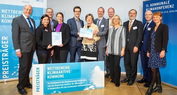Das Team aus Freiburg mit Gratulanten bei der Preisverleihung in Berlin   © Peter Himsel/Difu