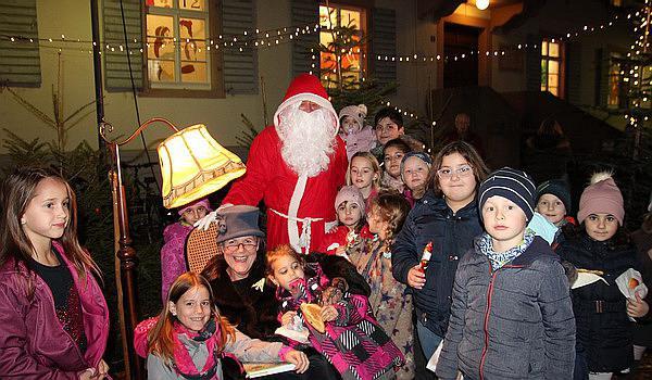 """Der Nikolaus besuchte die """"Märchen-Oma"""" im Märchenwald am Schlosserhaus beim täglichen Adventskalender in Emmendingen  Bild: Reinhard Laniot /REGIOTRENDS-Lokalteam """"EM-extra"""""""