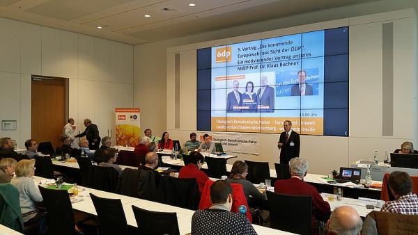 Prof. Dr. Klaus Buchner spricht beim Landesparteitag Baden-Württemberg in der Sparkassenakademie in Stuttgart vor den Landesdelegierten. Kritik an Migrationspakt als Gastarbeiterprogramm und dem Niveauverfall an deutschen Universitäten durch angepasste Forschung auf Grund von privater Finanzierung.