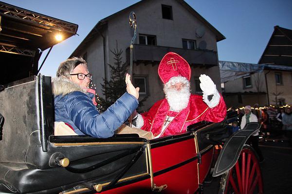 Der Nikolaus kam in der Pferdekutsche zum Weihnachtsmarkt nach Teningen!   REGIOTRENDS-Foto: Reinhard Laniot